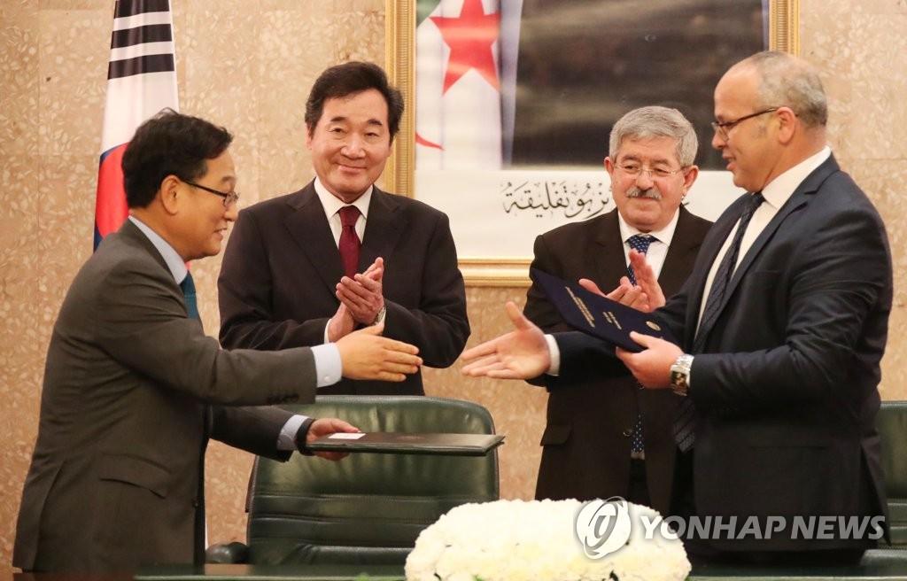 在李洛渊(后排左)与乌叶海亚(右排右)的见证下,韩国与阿尔及利亚签署MOU。(韩联社)