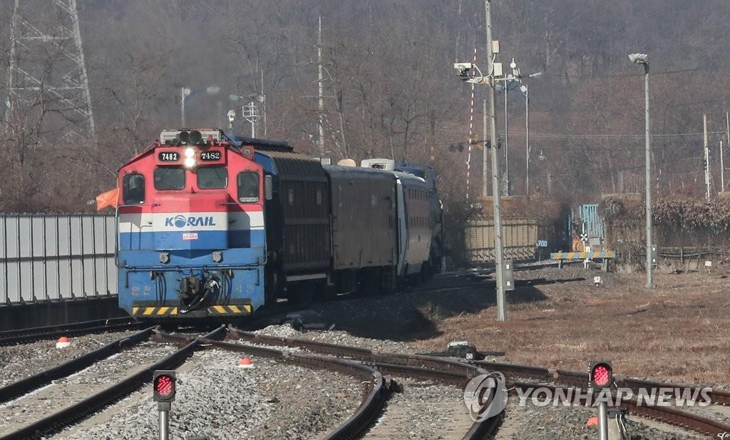 12月18日上午,在京畿道坡州市都罗山站,韩国列车正在进站。(韩联社)