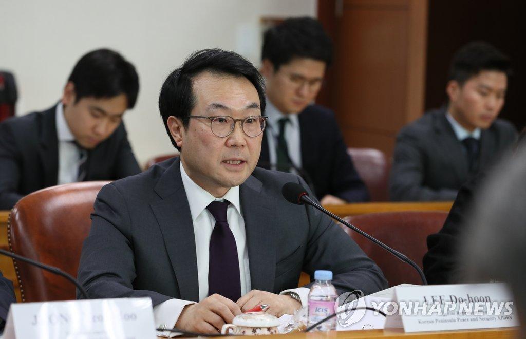 12月18日,在首尔外交部,韩国外交部韩半岛和平交涉本部长李度勋同到访的俄罗斯负责亚太事务的副外长莫古洛夫举行会晤并发言。(韩联社)