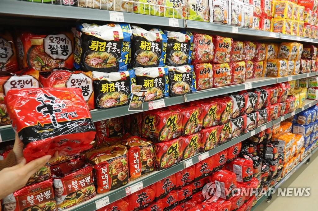 首尔市瑞草区农协超市良才店的方便面货架(韩联社)