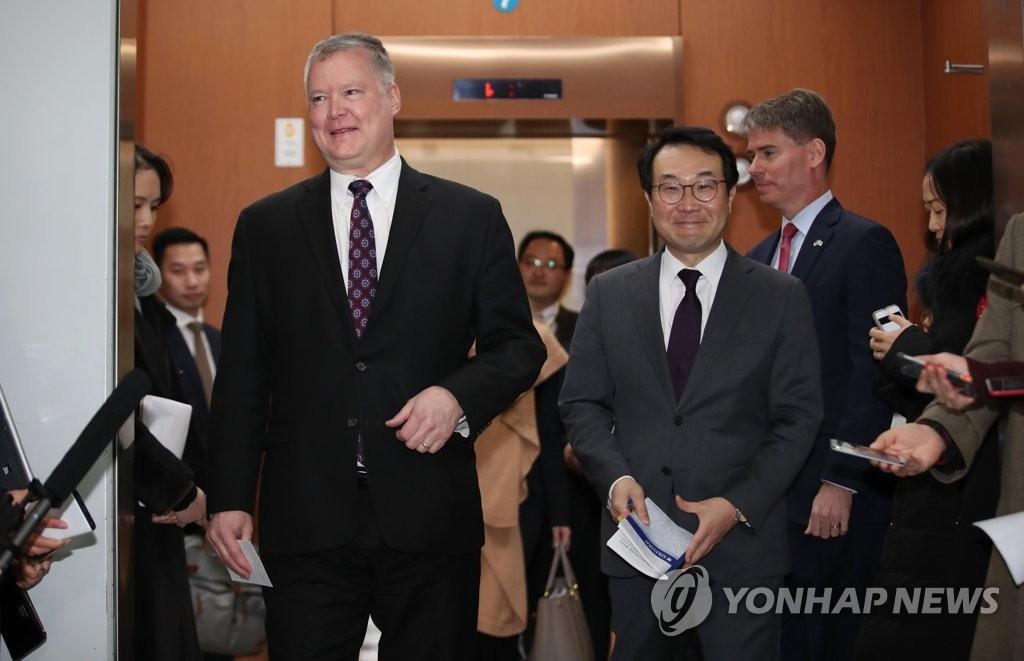 资料图片:韩国外交部韩半岛和平交涉本部长李度勋(右)和美国国务院对朝政策特别代表斯蒂芬·比根(韩联社)