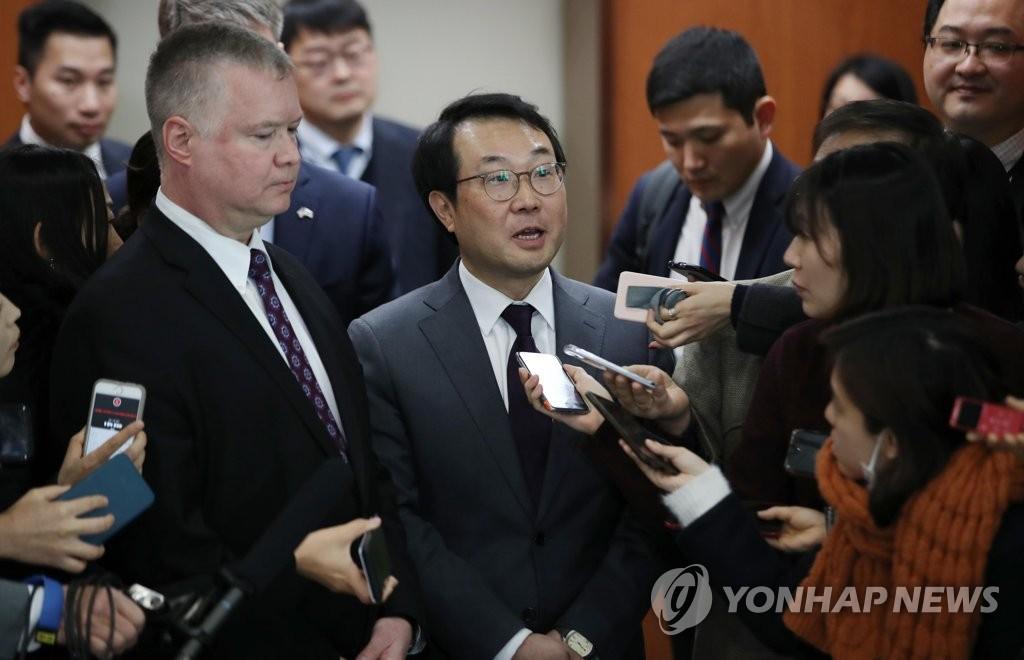 资料图片:韩国外交部和平交涉本部长李度勋(右)和美国对朝政策特别代表比根(左)。(韩联社)