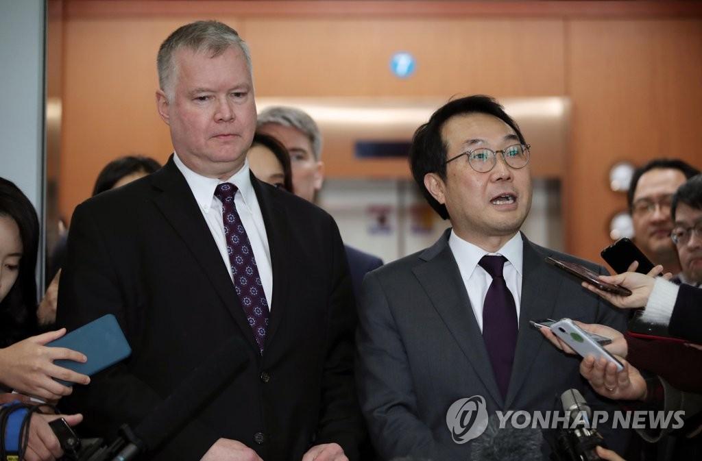 资料图片:2018年2月21日上午,在首尔,李度勋(右)和比根在韩美涉朝工作组第二次会议结束后答记者问。(韩联社)