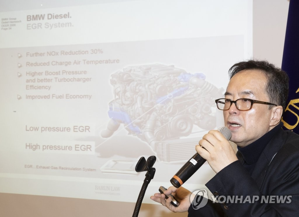 12月24日上午,在首尔市博伦律所,河钟瑄律师代表受害车主就民官联合调查组的最终结论表态。(韩联社)