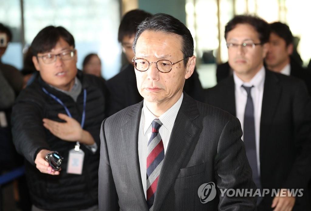 12月24日,在首尔外交部大楼,日本外务省亚洲大洋洲局局长金杉宪治(中)走向会场。(韩联社)