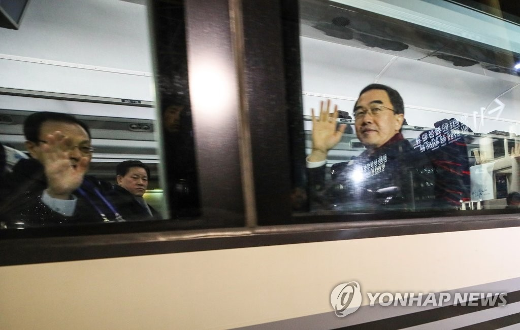 12月26日,在首尔站,统一部长官赵明均(右)和共同民主党党首李海瓒(左)等主要韩方人士乘坐专列启程前往朝鲜开城,准备出席韩朝铁路公路对接项目开工仪式。(韩联社)