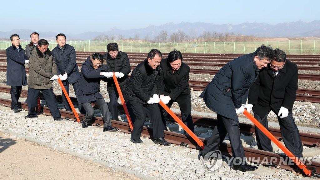 资料图片:韩朝铁路及公路连接工程动工仪式 韩联社/联合采访团