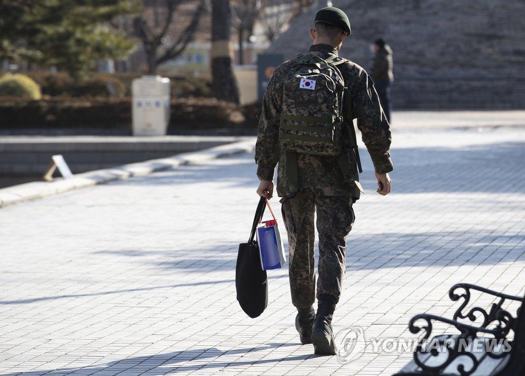 资料图片:一名身穿军装的士兵外出。(韩联社)