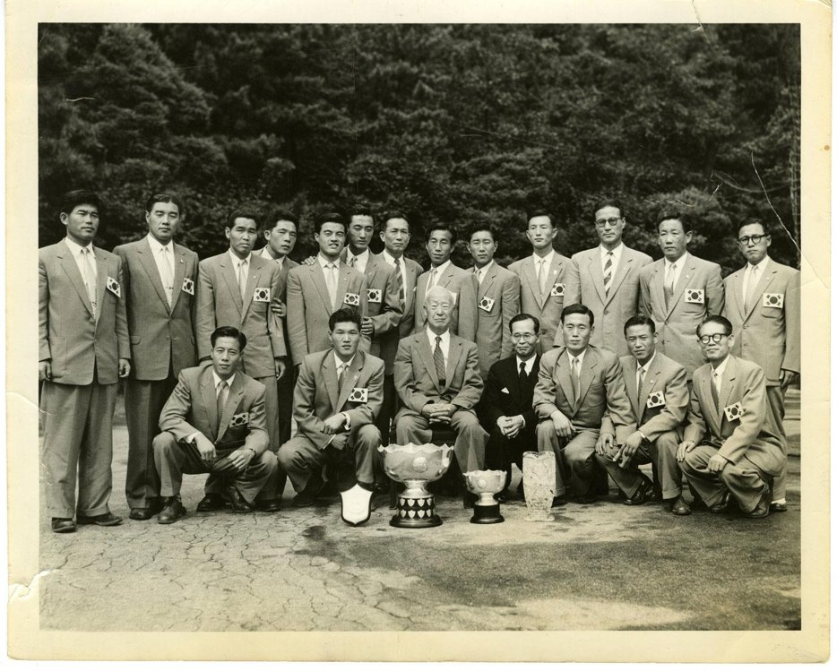 资料图片:1956年,韩国队获得亚洲杯冠军后访问景武台(现青瓦台),并与时任总统李承晚(前排左三)合影。(大韩足球协会供图)