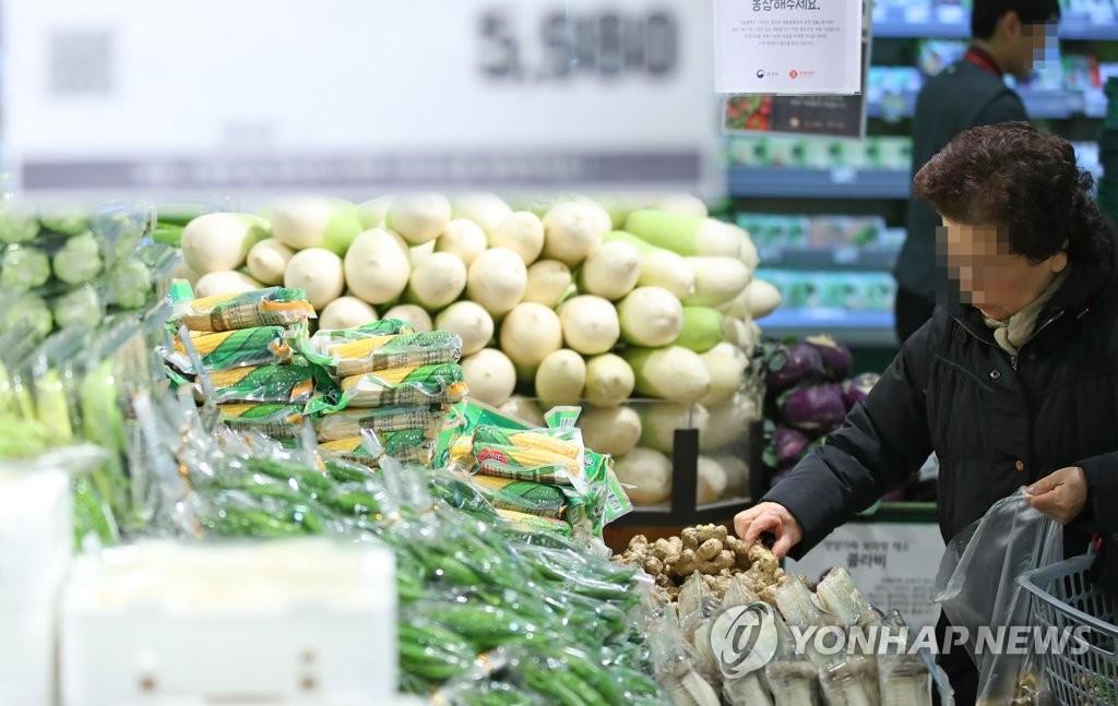 资料图片:在首尔一家大型超市,一名消费者选购农产品。(韩联社)