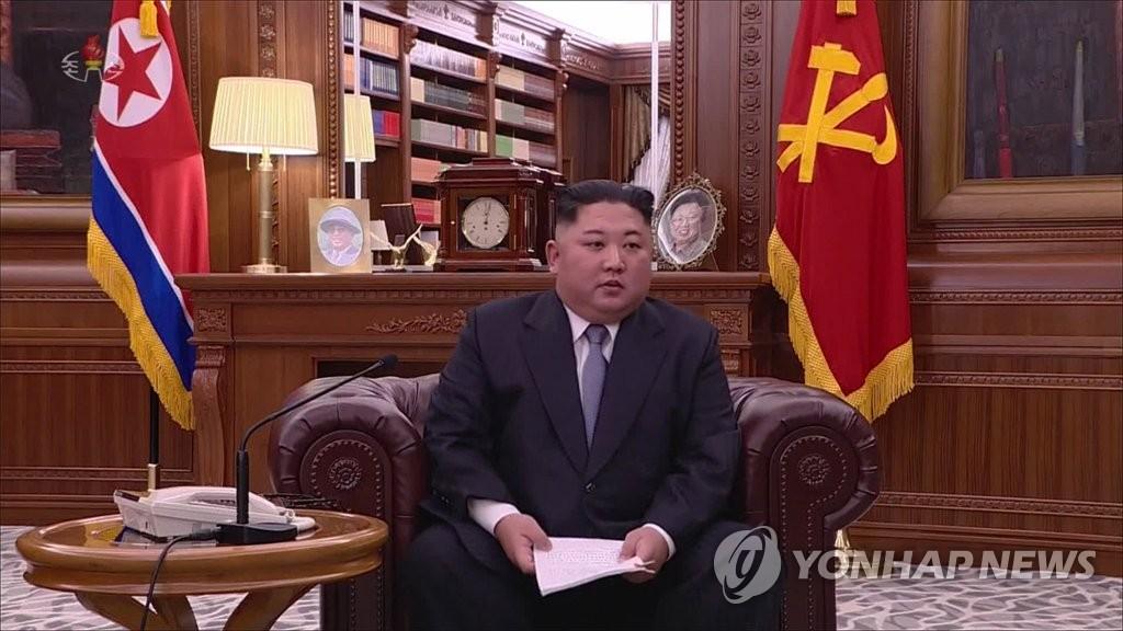 资料图片:1日1日上午9时,在朝鲜劳动党中央委员会大楼,朝鲜国务委员会委员长金正恩坐在沙发上发表新年贺词。图为视频截图。图片仅限韩国国内使用,严禁转载复制。(韩联社/朝鲜央视)