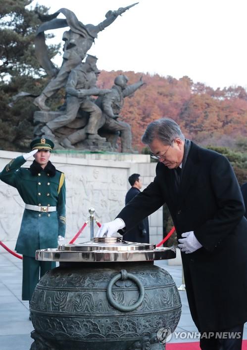 文在寅参拜国家公墓显忠院为新年祈愿