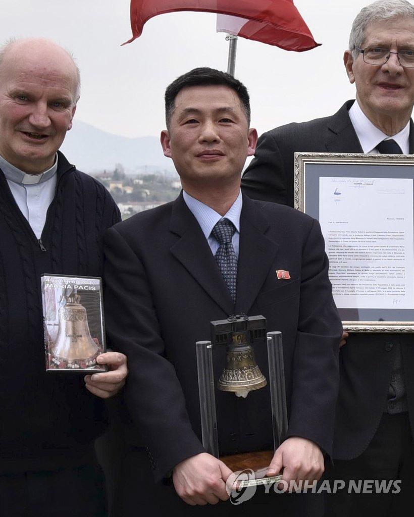 资料图片:2018年3月,朝鲜驻意大利使馆临时代办曹成吉(中)在意大利出席一个文化活动。(韩联社)