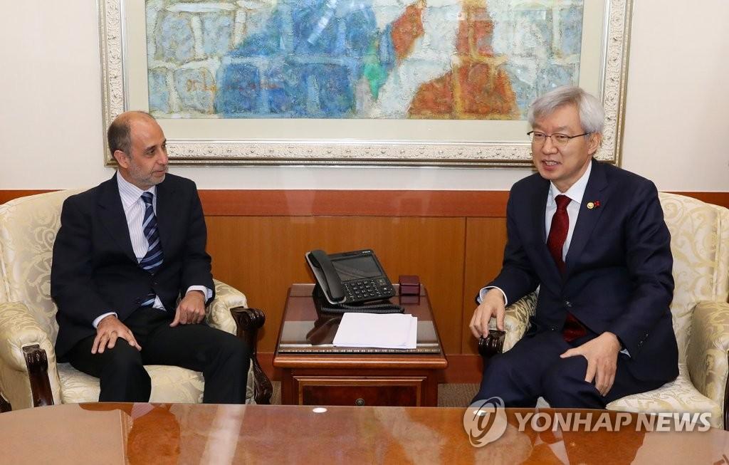 1月7日上午,在首尔,李泰镐(右)与金塔纳讨论朝鲜人权事务。(韩联社)