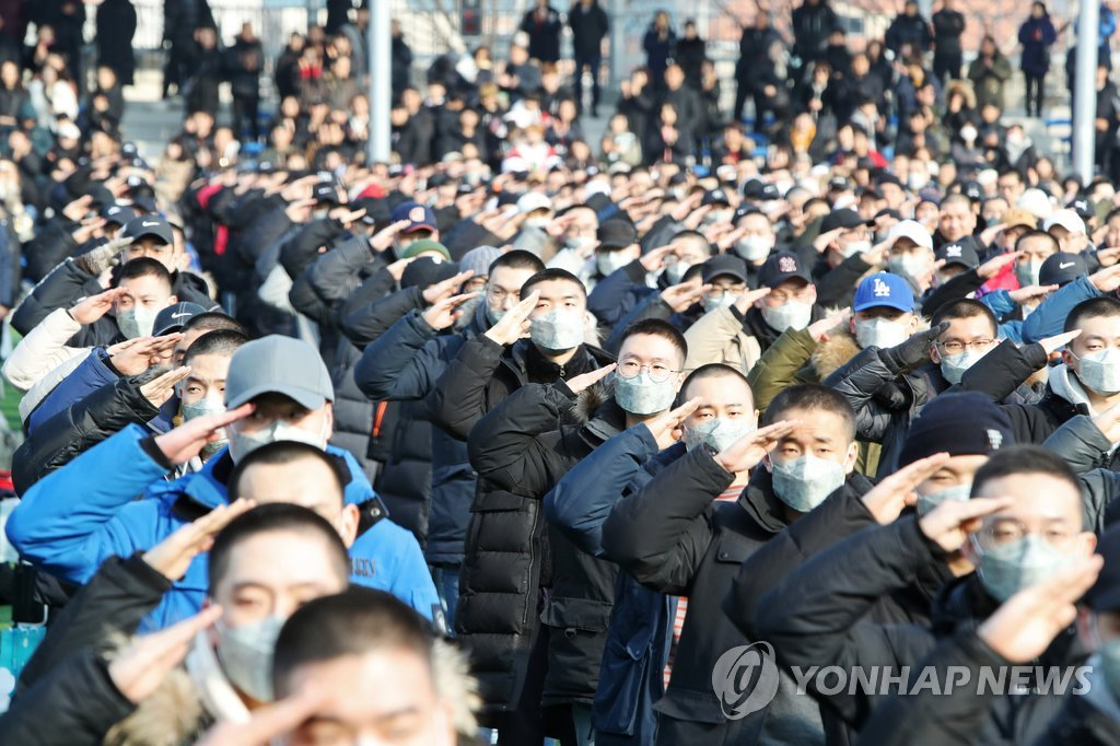 资料图片:1月7日,在韩国忠清南道论山陆军训练所,2019年首批入伍新兵敬军礼。 韩联社