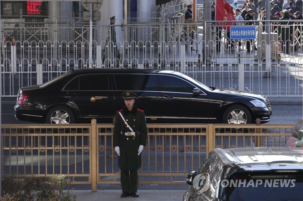 1月8日,疑为金正恩乘坐的车辆驶离北京站。(韩联社/美联社)