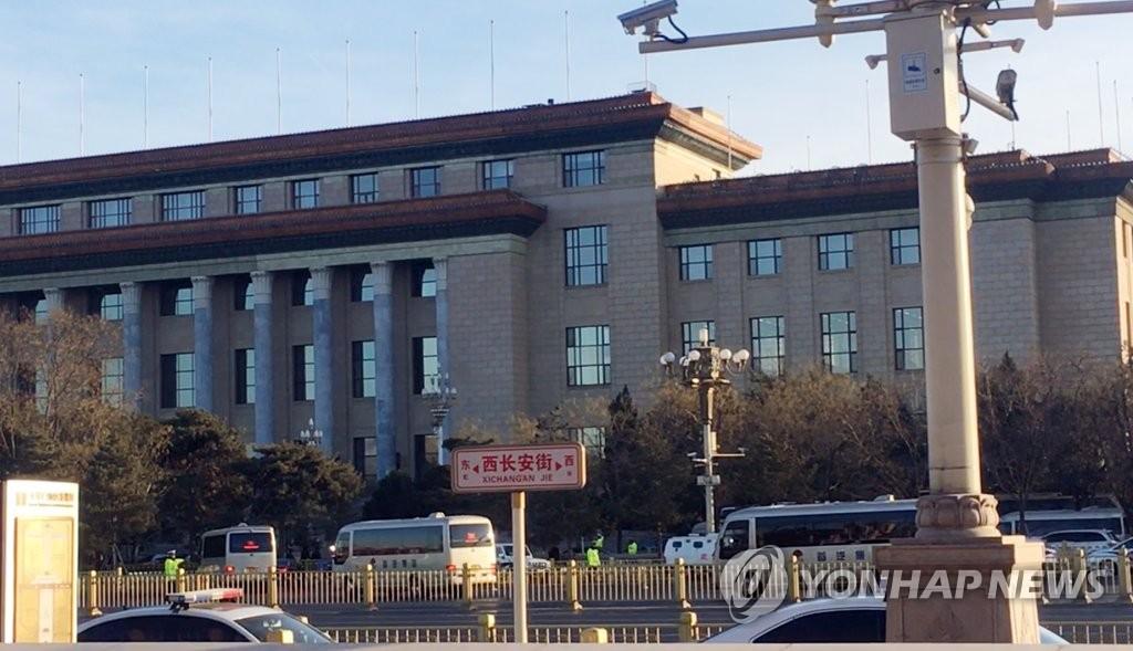 朝鲜访问团车辆驶向北京人民大会堂。(韩联社)