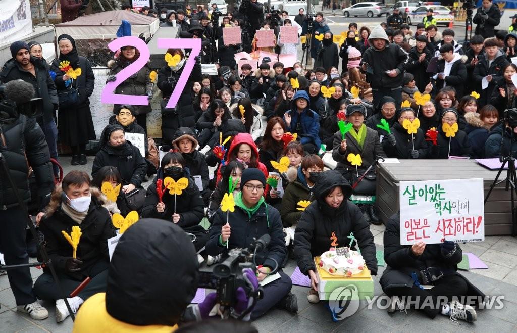 1月9日下午,在日本驻韩使馆前,参加周三集会的市民要求日本政府就慰安妇问题正式道歉。(韩联社)