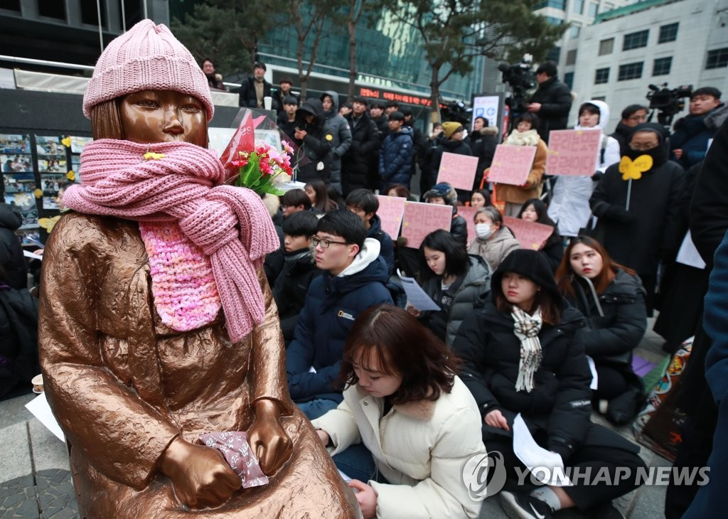 1月9日下午,在日本驻韩使馆前,参加周三集会的市民们要求日本就慰安妇问题正式道歉。(韩联社)