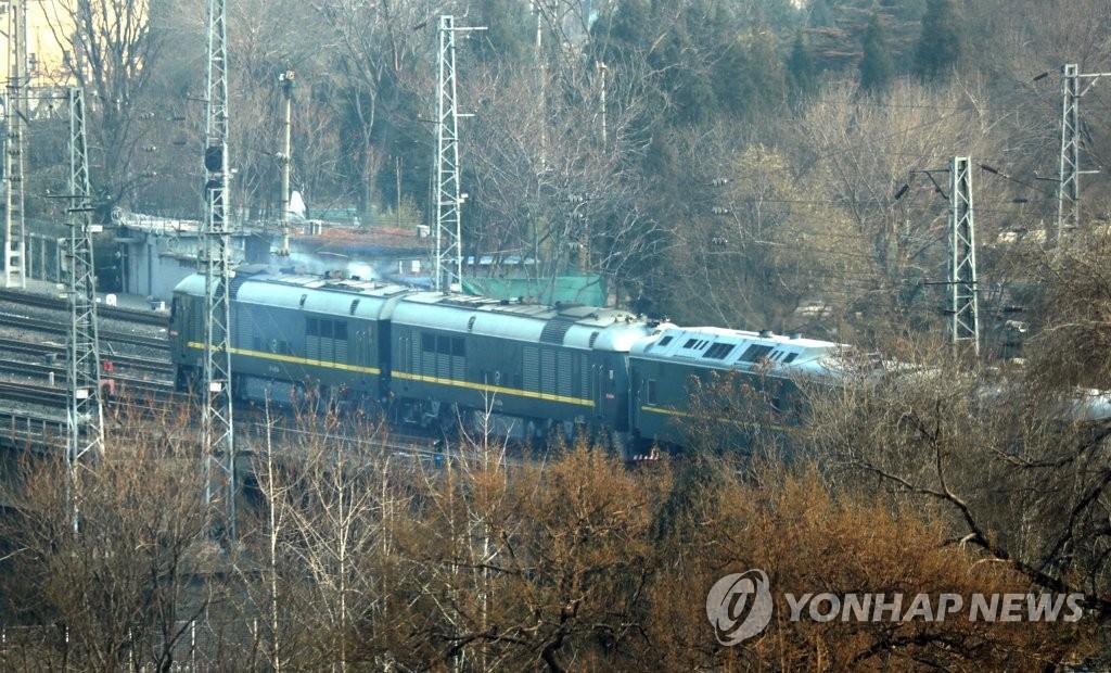 资料图片:1月9日下午2时许,朝鲜国务委员会委员长金正恩所乘专列驶出北京站。(韩联社)