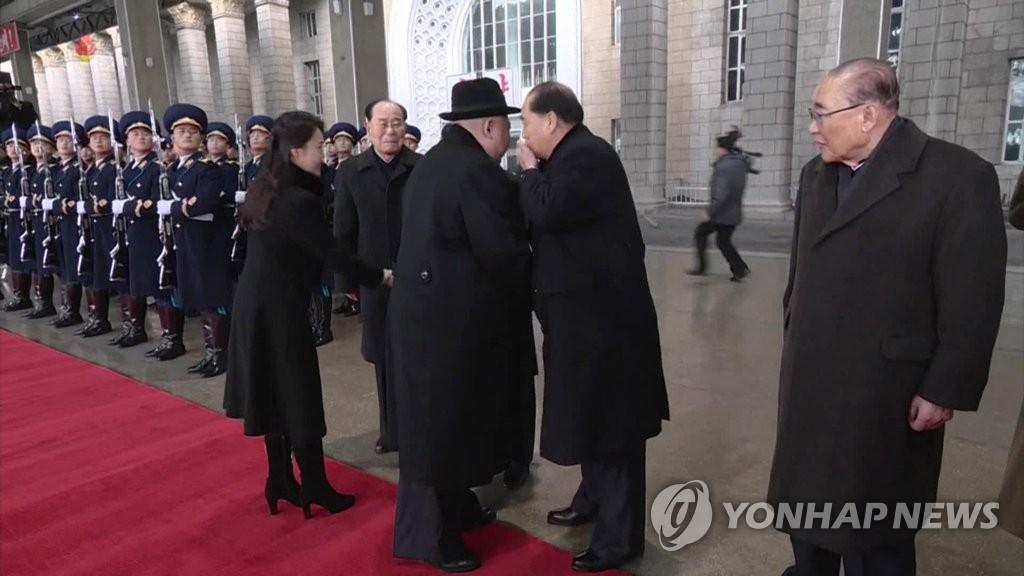 朝鲜中央电视台11日播出约1分50秒的金正恩回国录像,朝鲜内阁总理对金正恩耳语。图片仅限韩国国内使用,严禁转载复制。(韩联社/朝鲜央视)