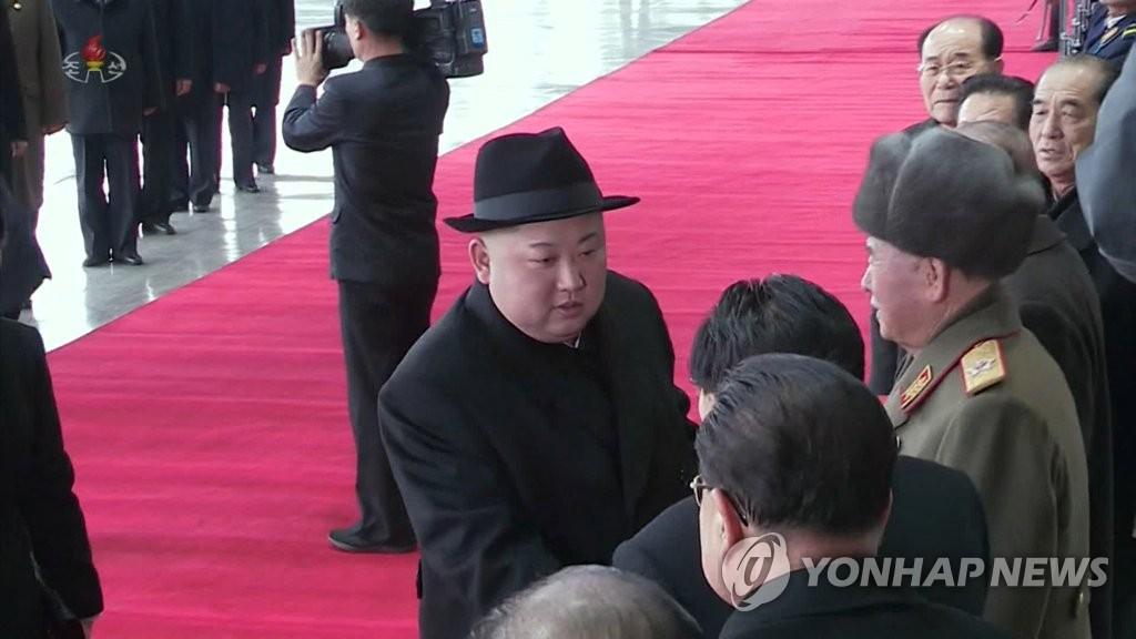 朝鲜中央电视台11日播出约1分50秒的金正恩回国录像,访华归来的金正恩与到平壤站欢迎的官员握手。图片仅限韩国国内使用,严禁转载复制。(韩联社/朝鲜央视)