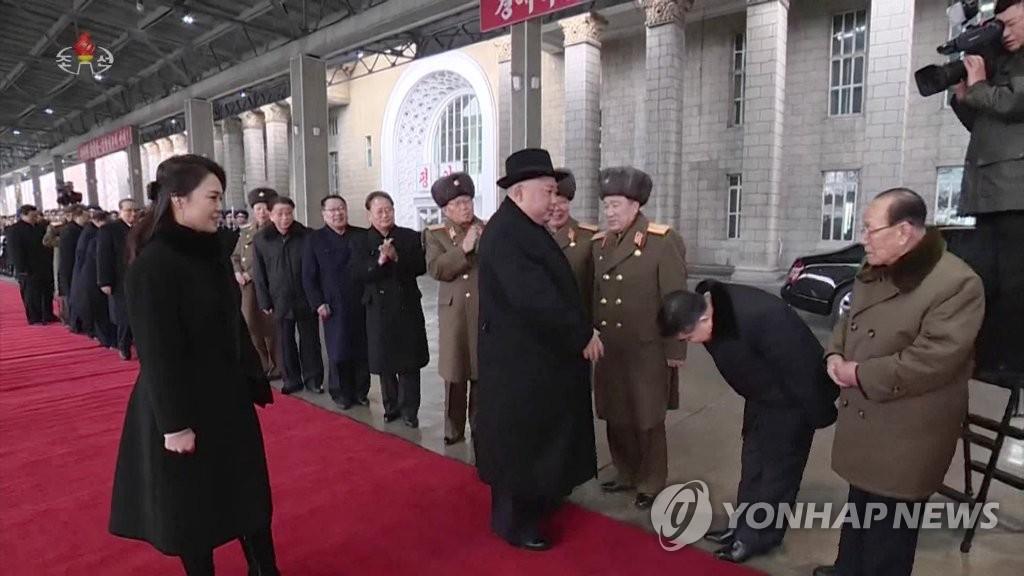 朝鲜中央电视台11日播出约1分50秒的金正恩回国录像,内阁副总理对金正恩鞠躬。图片仅限韩国国内使用,严禁转载复制。(韩联社/朝鲜央视)