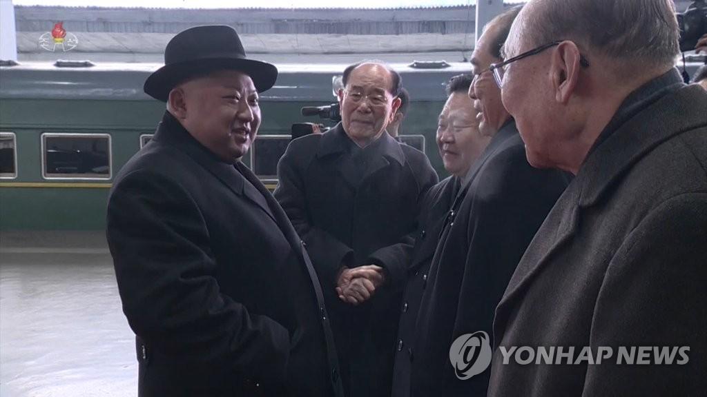 朝鲜中央电视台11日播出约1分50秒的金正恩回国录像,朝鲜众高官与金正恩攀谈。图片仅限韩国国内使用,严禁转载复制。(韩联社/朝鲜央视)