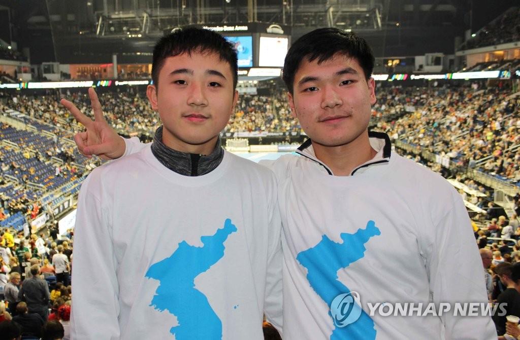 朝鲜青年为韩朝联队加油