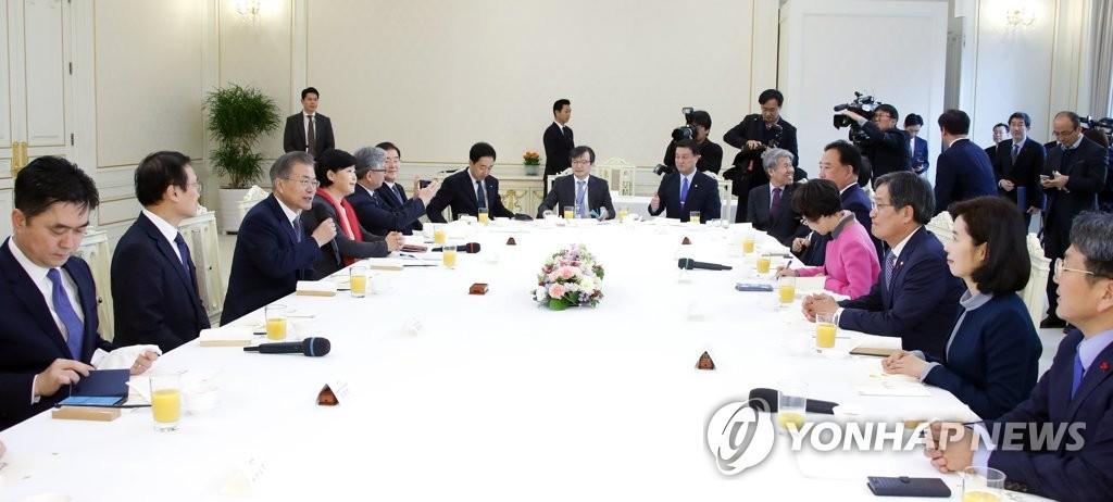 文在寅(左三)在执政党国会代表团午餐会上发言(韩联社)