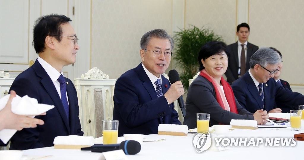 文在寅(左二)在执政党国会代表团午餐会上发言(韩联社)