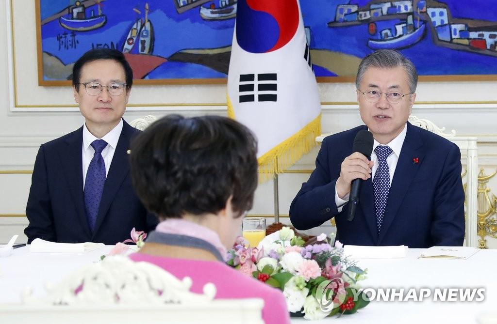 文在寅(右)在执政党国会代表团午餐会上发言(韩联社)