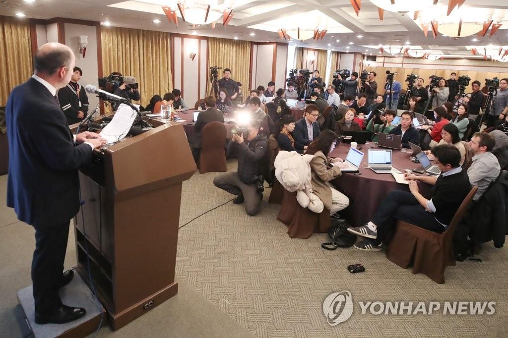 1月11日下午,在首尔韩国新闻中心,联合国朝鲜人权问题特别报告员托马斯•奥赫亚•金塔纳在记者会上发言。(韩联社)
