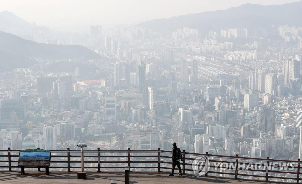 1月14日,在釜山,从高处眺望到的整个市区灰蒙蒙一片,当天韩国大部分地区雾霾浓度较高。(韩联社)