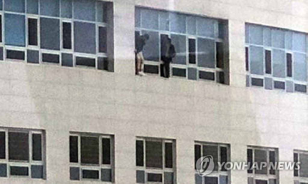 两名访客正在等待救援。(韩联社/读者供图)