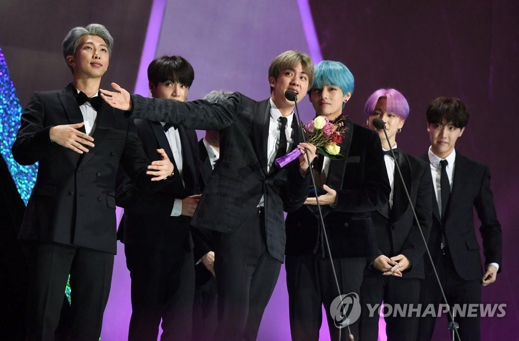 1月15日,在首尔高尺巨蛋,防弹少年团在第28届High1首尔歌谣大赏颁奖礼上发表获奖感言。(韩联社/《首尔体育》供图)