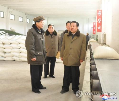 崔龙海视察化肥生产基地