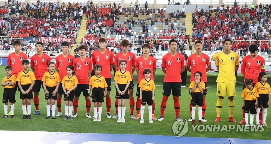 当地时间1月16日,在阿联酋阿布扎比,韩国队球员在2019年亚洲杯足球赛C组最后一轮比赛前共唱国歌。(韩联社)