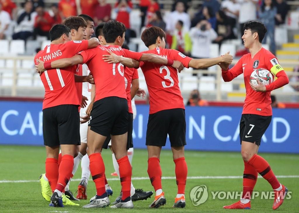 当地时间1月16日,在阿联酋阿布扎比举行的2019年亚洲杯足球赛C组比赛中,韩国队球员孙兴慜(右一)创造点球后与队友欢呼庆祝。(韩联社)