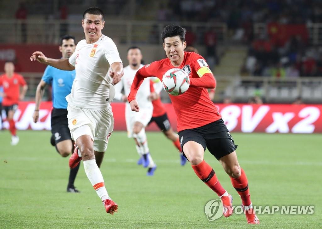 孙兴慜(右)带球突破。(韩联社)