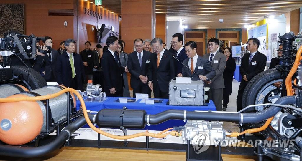 1月17日上午,在蔚山市政府大楼,文在寅参观现代汽车的氢燃料电池汽车系统。(韩联社)