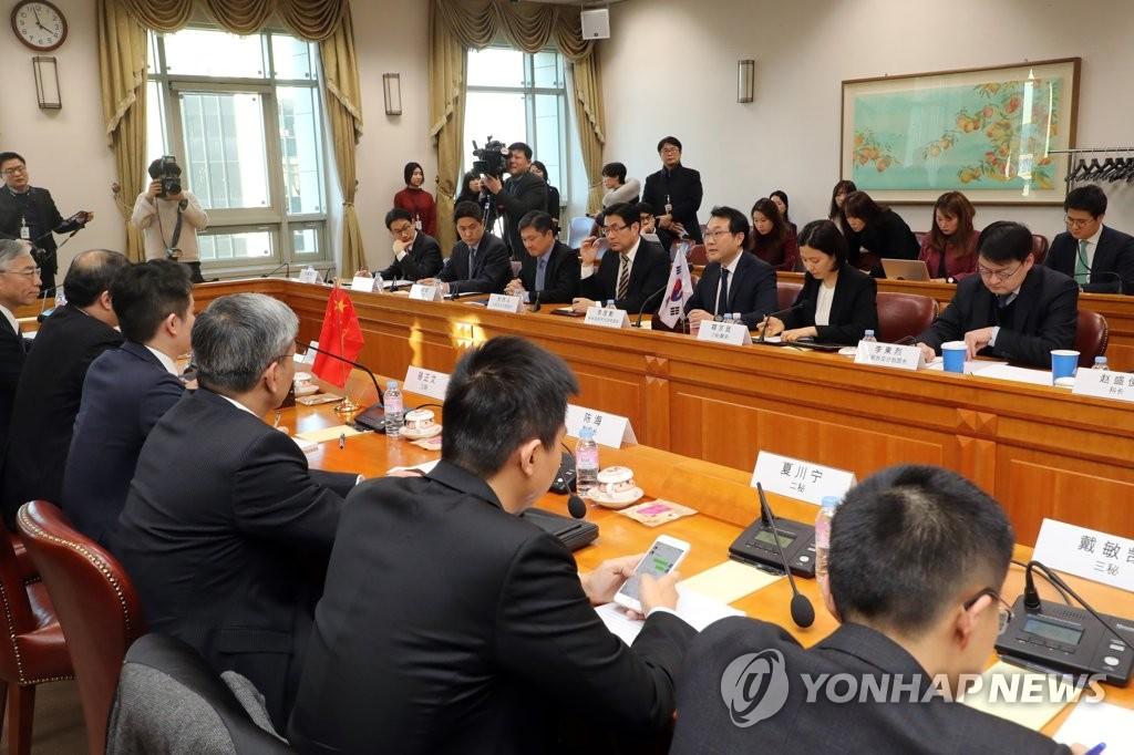 1月17日下午,在首尔,韩国外交部韩半岛和平交涉本部长李度勋(右排右三)在朝核六方会谈韩中团长会议上发言。(韩联社)