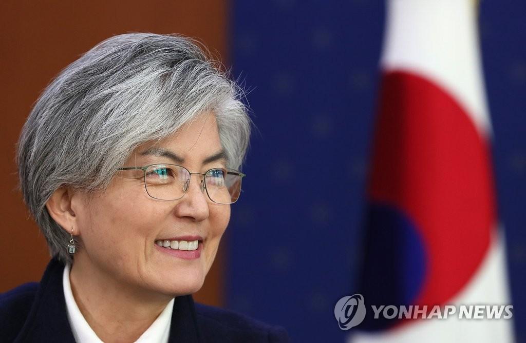 """1月18日,在首尔外交部大楼,韩国外交部长官康京和接受韩联社优兔英语新闻频道""""Korea Now""""专访。(韩联社)"""