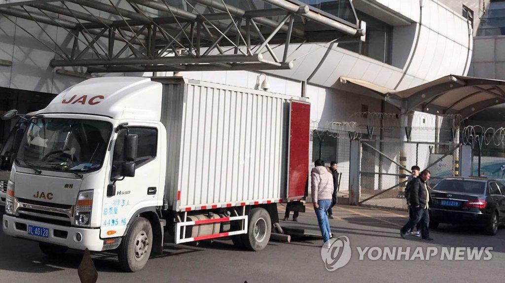 资料图片:1月19日,三池渊乐团相关人士抵达北京首都机场。图为装运舞台装备和乐器的货车。(韩联社)