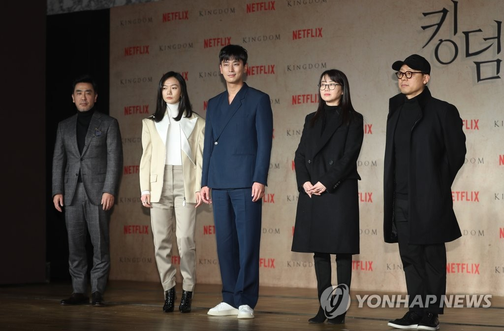 1月21日,在首尔世贸中心洲际酒店,演员朱智勋(中)出席《王国》制作发布会。(韩联社)