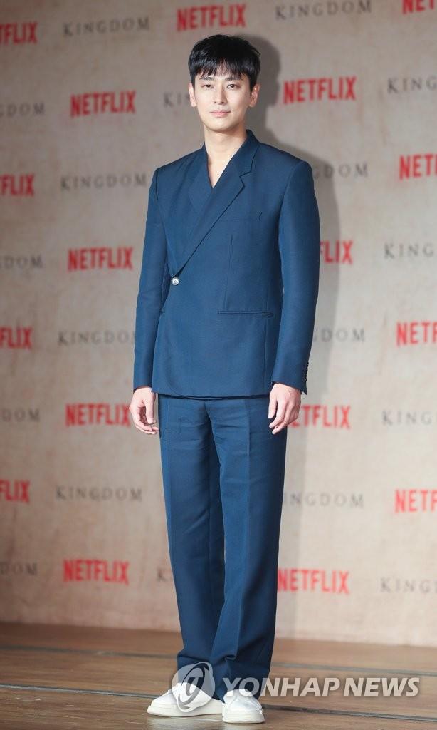 1月21日,在首尔世贸中心洲际酒店,演员朱智勋出席《王国》制作发布会。(韩联社)