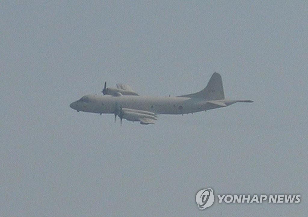 资料图片:抵近韩国军舰的日本军机(韩联社/韩国国防部供图)