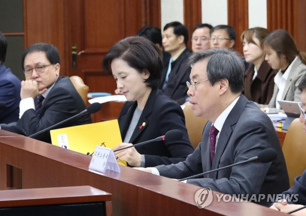 1月25日,在中央政府首尔大楼,文体部长官都钟焕(右)出席首次社会领域有关部门长官会议并进行发言。(韩联社)
