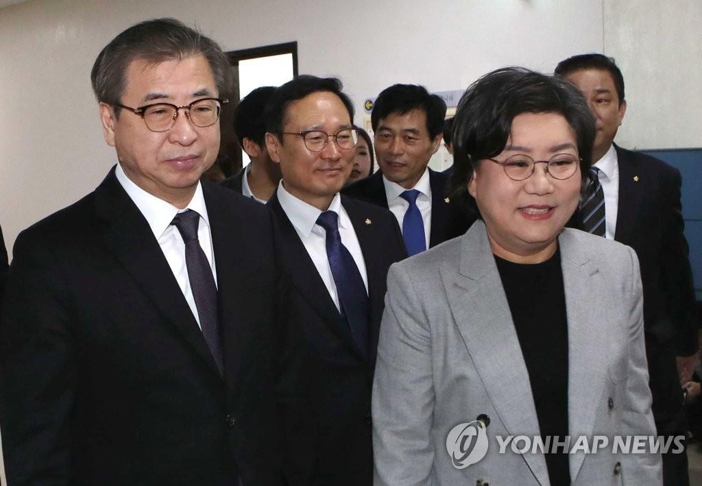 1月29日,在国会,徐薰(左)出席情报委全会。(韩联社)
