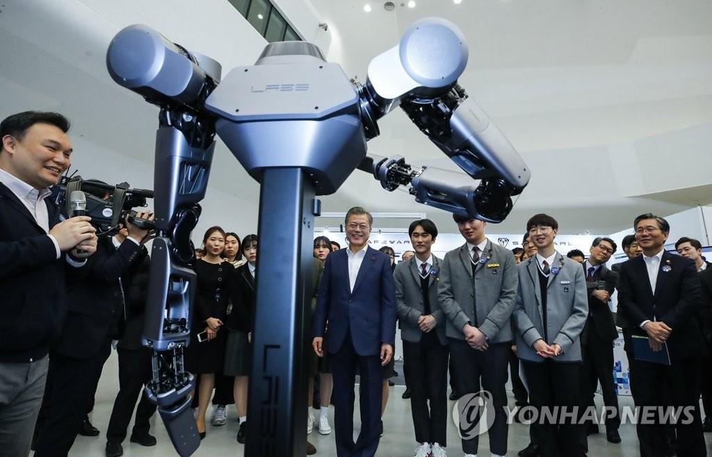 """1月29日上午,在首尔DDP,文在寅参观""""韩国电子、IT产业融合展览会""""。(韩联社)"""